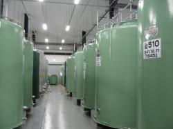 約100のタンクが並ぶ貯蔵庫内